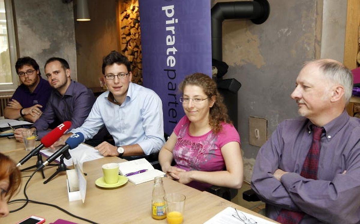 Entouré d'Andy Maar, Marc Goergen, Myriam Grandgenet et Pierrot Bis, Sven Clement donne une conférence de presse des Pirates en septembre 2012.