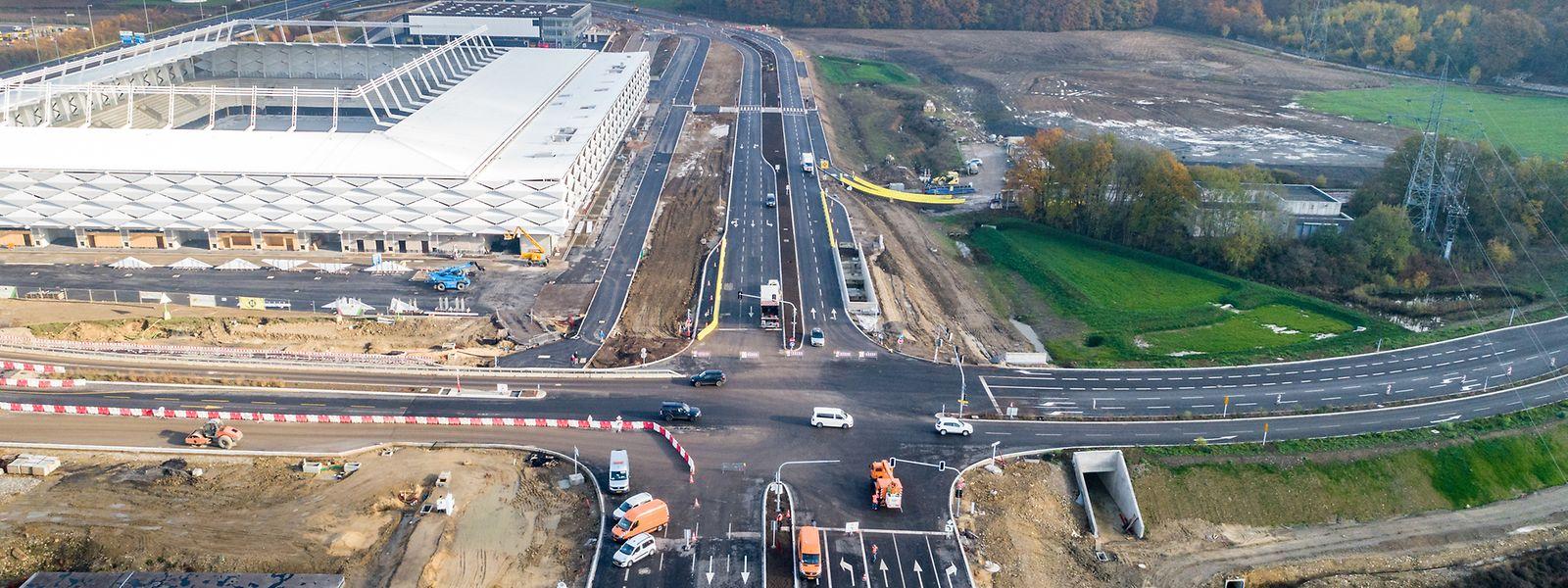 Entlang des neuen Stadions erkennt man die fast 30 Meter breite Fahrbahnfläche.