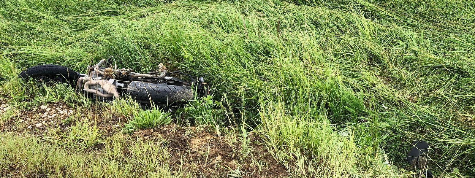 Auf der nassen Fahrbahn rutschte der Fahranfänger aus und wurde mit seinem Motorrad in den Straßengraben geschleudert.