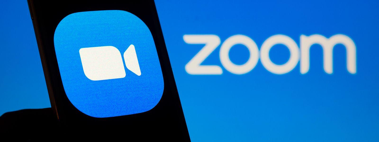 Das Logo des Videokonferenzdienstes Zoom ist auf einem Smartphone-Bildschirm zu sehen.