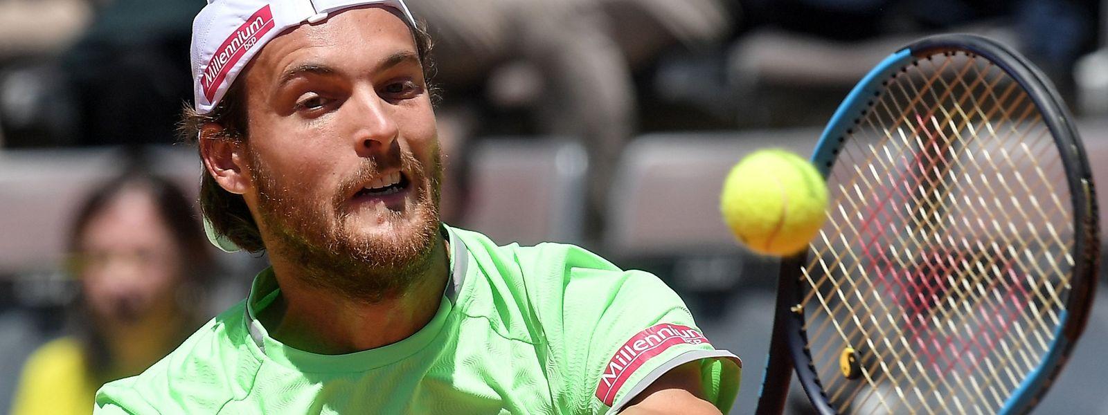 João Sousa perdeu pelos parciais de 6-4 e 6-3 frente ao suíço Roger Federer.
