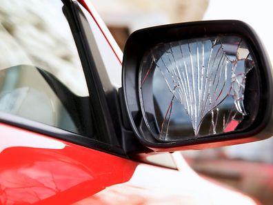 Les escrocs simulent un accident de la circulation, interpellent leur victime en lui disant qu'elle a heurté le rétroviseur de leur voiture sans s'en apercevoir. Ils lui montrent un rétroviseur cassé.