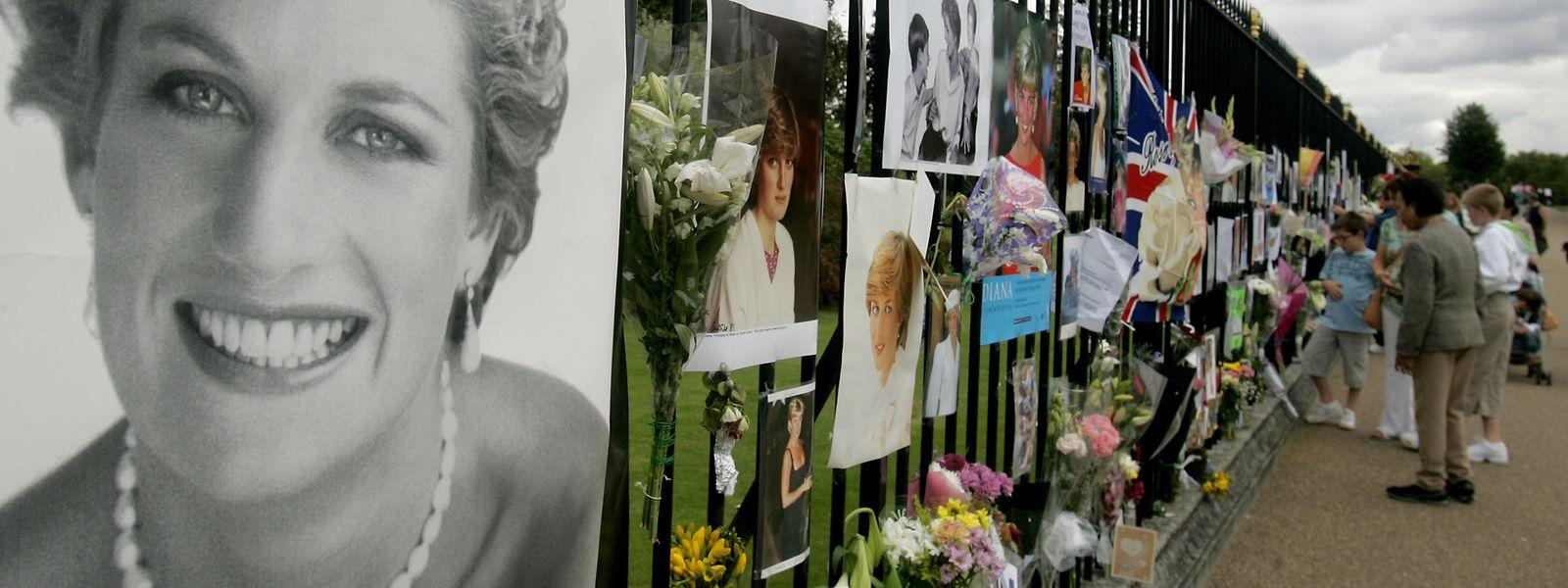 Fotos der verstorbenen Prinzessin am Zaun des Kenstington Palace.
