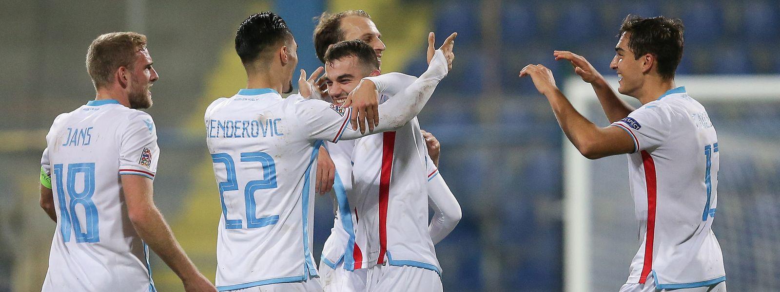 Luxemburgs Fußballer freuen sich gemeinsam mit Torschütze Danel Sinani (M.).