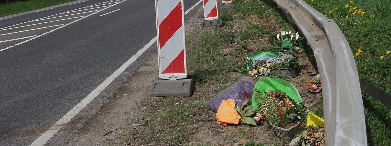 Blumen erinnern am Unfallort an das Unglück.