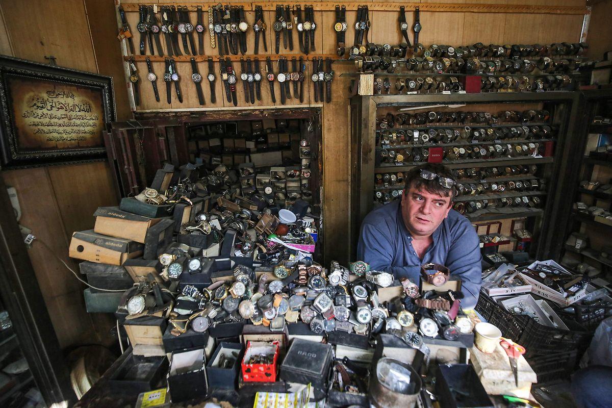 La petite boutique de Youssef Abdelkarim dans la rue Rachid à Bagdad est remplie de montres.