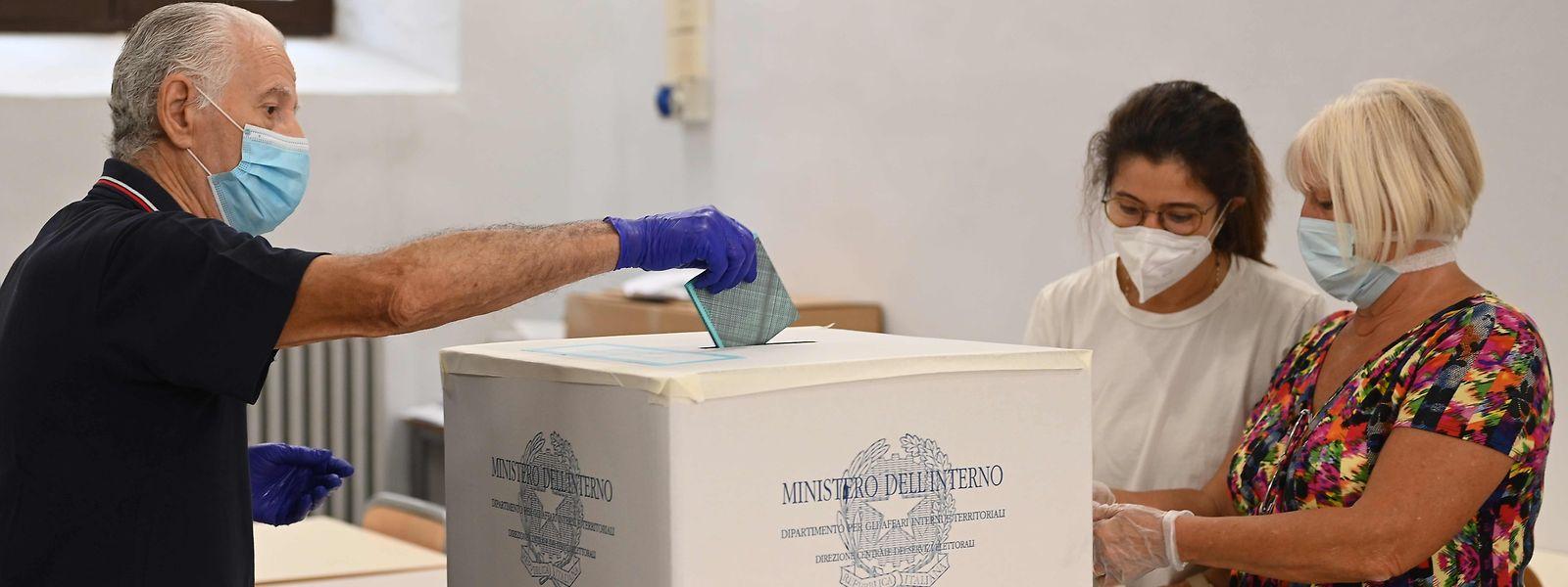 Beim Referendum und dem parallel dazu stattfindenden Regionalwahlen galten aufgrund von Corona strenge Hygienevorschriften.