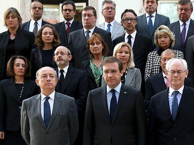 Pedro Passos Coelho ladeado pelo antigo presidente do conselho Europeu, Herman Van Rompuy e o embaixador francês Jean François Blarel