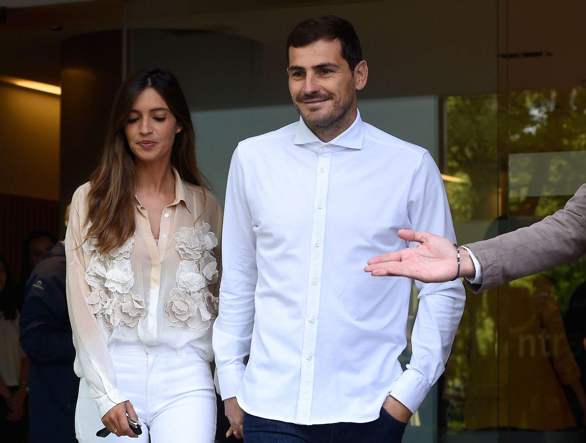 Iker Casillas verlässt das KRankenhaus mit seiner Frau Sara Carbonero.