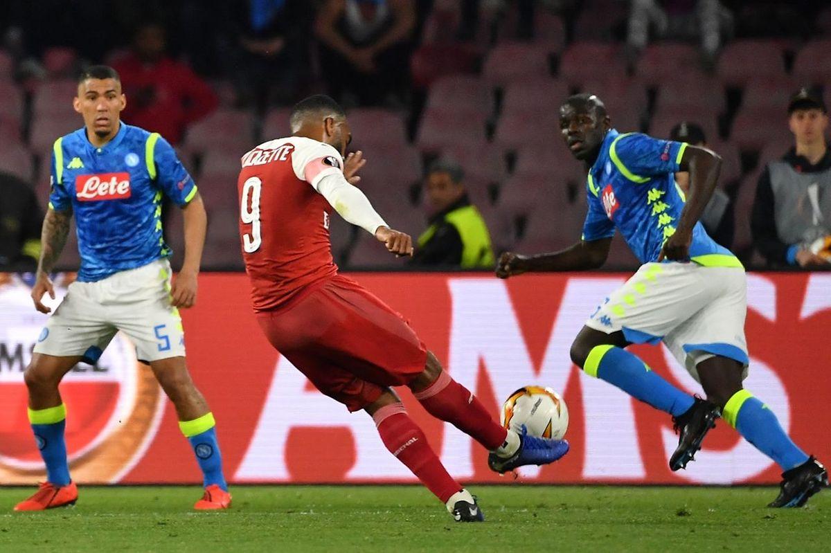Alexandre Lacazette enroule une frappe qui va faire mouche pour conforter l'avance d'Arsenal face au Napoli.
