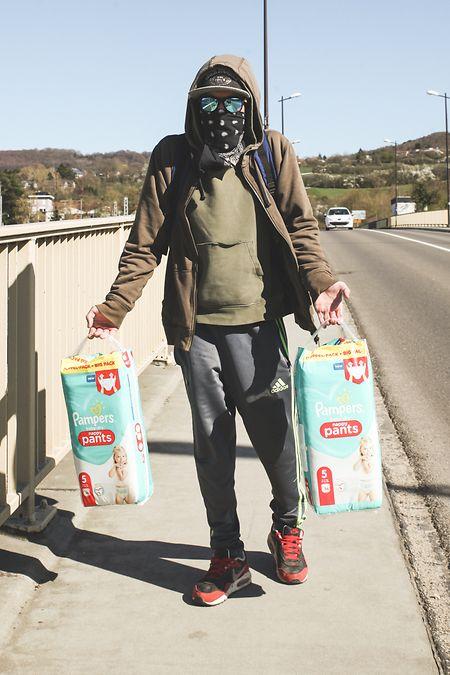 Pedro passou a fronteira ilegalmente para comprar fraldas para a filha. Não as há no Luxemburgo.