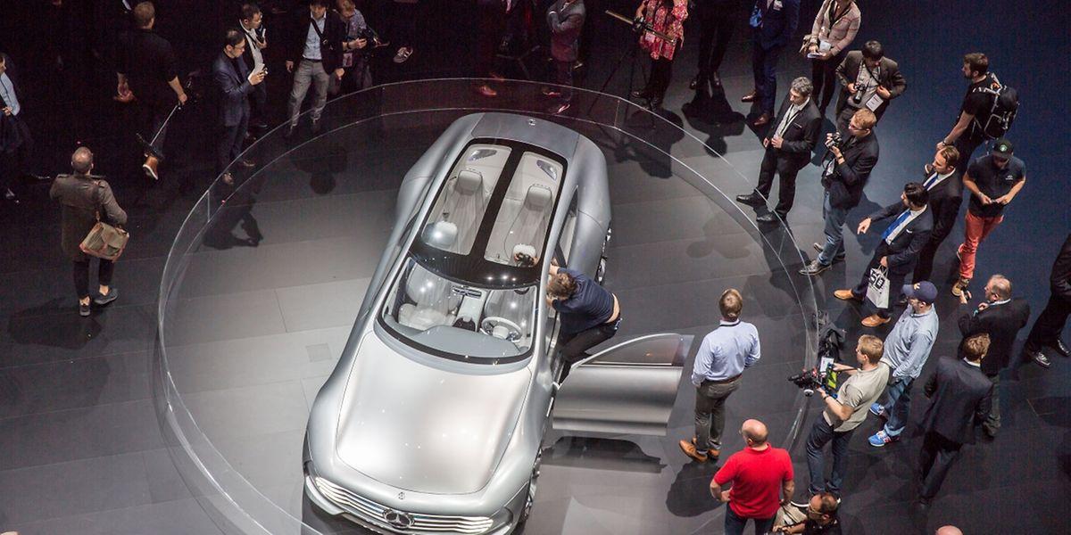 """Außen besonders windschnittig, innen mit dem Cockpit der Zukunft: Mercedes stellt auf der IAA sein  Aerodynamik-Showcar """"Concept IAA"""" vor."""