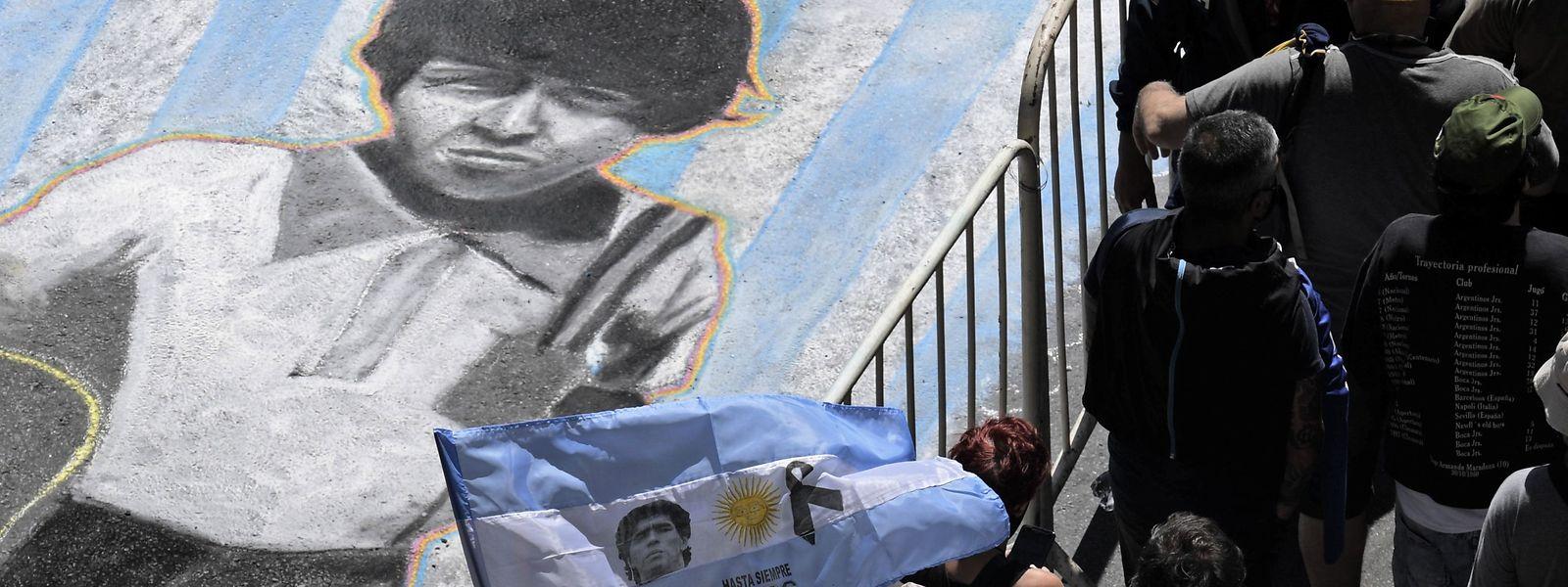Menschen stehen Schlange, um im Präsidentenpalast von Buenos Aires, der Casa Rosada, Abschied von Fußballlegende Diego Maradona zu nehmen.