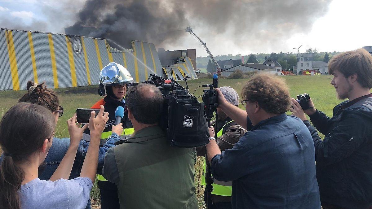 Responsável pelo combate às chamas explica aos jornalistas como se processou o domínio do fogo.
