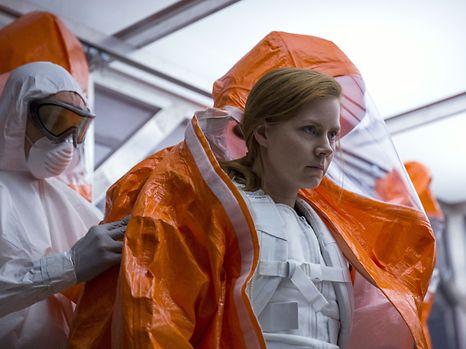 Amy Adams als Sprachforscherin, die mit Außerirdischen Kontakt aufnehmen will.