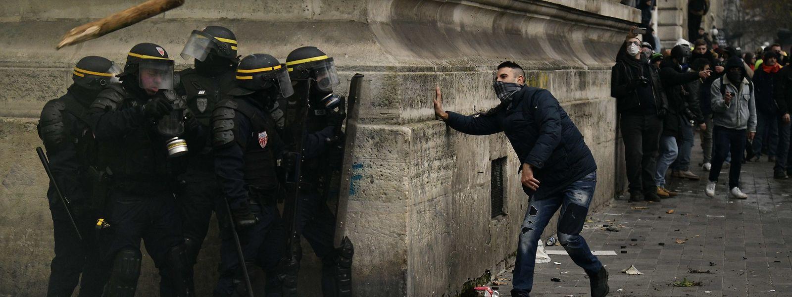Polizisten stoßen mit Demonstranten zusammen. Bei den Demonstrationen gegen die geplante Rentenreform in Frankreich ist es zu Ausschreitungen gekommen. Zahlreiche Gewerkschaften hatten im Konflikt um die geplante Rentenreform zu den branchenübergreifenden Streiks aufgerufen.