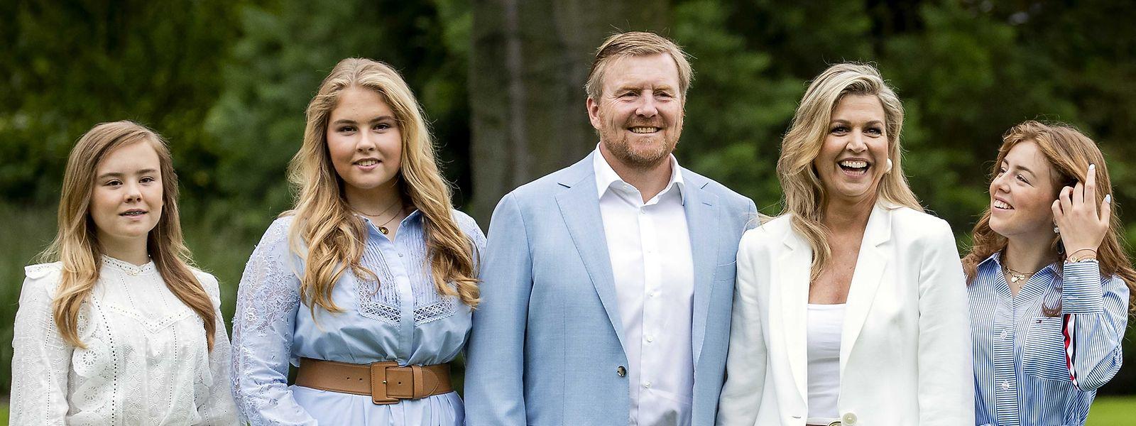 König Willem-Alexander der Niederlande (M.), seine Frau Königin Maxima (2.v.r) sowie die gemeinsamen Töchter Prinzessin Ariane (l.), Prinzessin Catharina-Amalia (2.v.l.) und Prinzessin Alexia (r.)