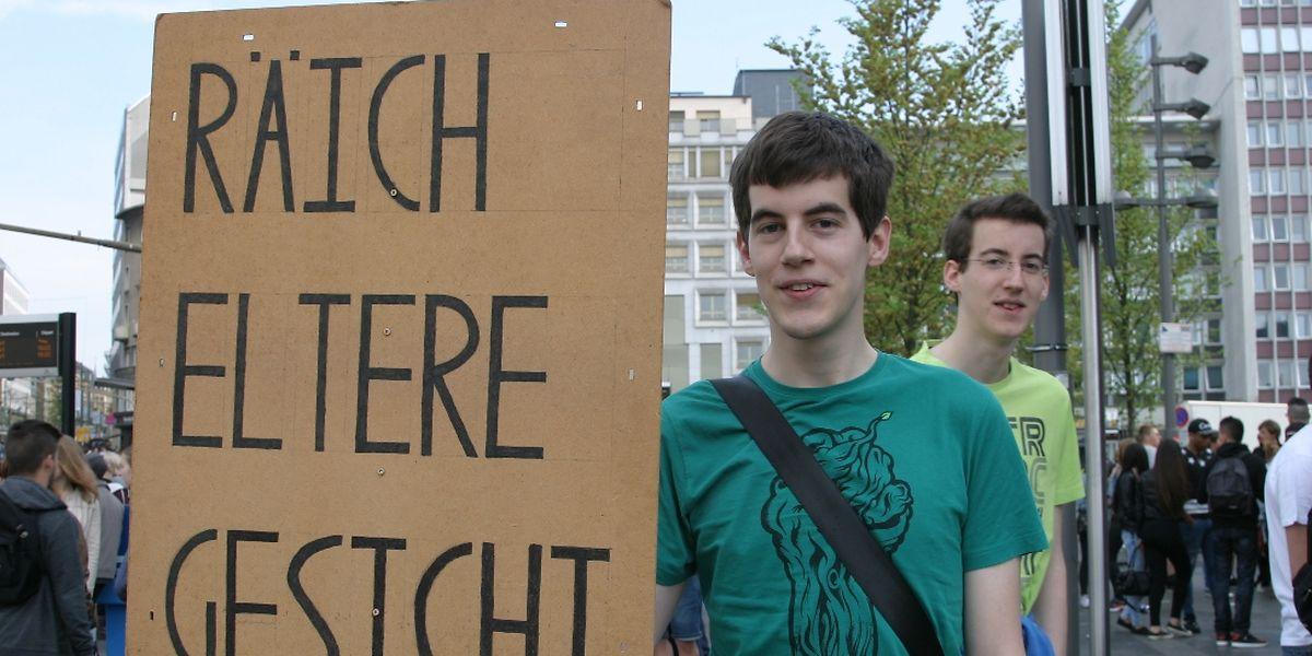 """Vendredi 25 avril 2014 sur le parvis de la gare à Luxembourg. Daniel Waxweiler va défiler contre le projet de réforme des bourses d'études. Sur son panneau est écrit: """"Cherche parents riches""""."""
