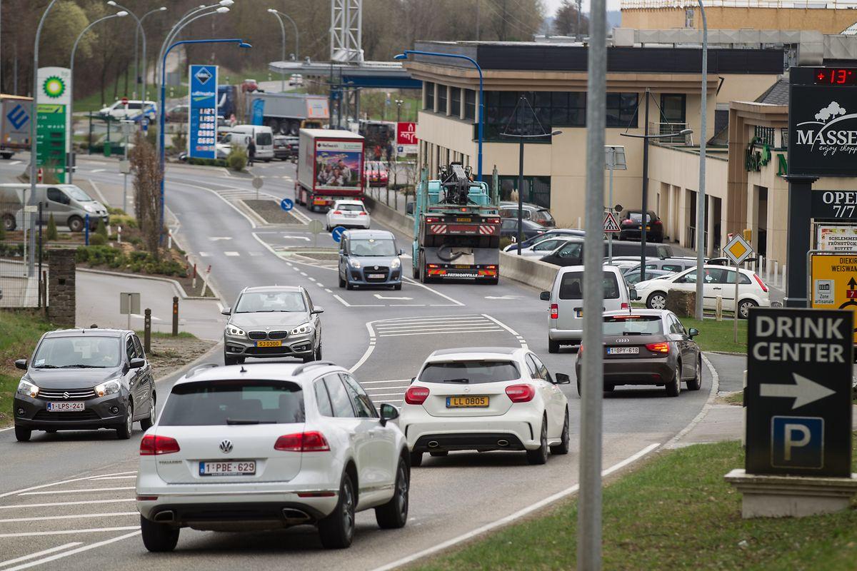 Le quartier Wemperhardt, proche de la N7, est caractérisé par une forte concentration de commerces et de stations d'essence.