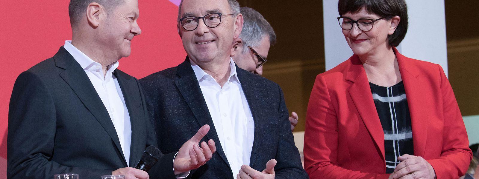 Der deutsche Finanzminister Olaf Scholz (links) gratuliert seinen Kontrahenten Norbert Walter-Borjans und Saskia Esken zu ihrem Sieg beim Kampf um die Parteispitze.