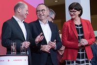 30.11.2019, Berlin: Norbert Walter-Borjans (M) und Saskia Esken freuen sich nach der Bekanntgabe des Ergebnisses der Abstimmung zum SPD-Vorsitz im Willy-Brandt-Haus neben Olaf Scholz (SPD), Bundesminister der Finanzen. Walter-Borjans und Esken haben die Abstimmung gewonnen. Bestätigt wird die neue Führungsspitze dann auf dem Parteitag am 6. Dezember. Foto: Jörg Carstensen/dpa +++ dpa-Bildfunk +++
