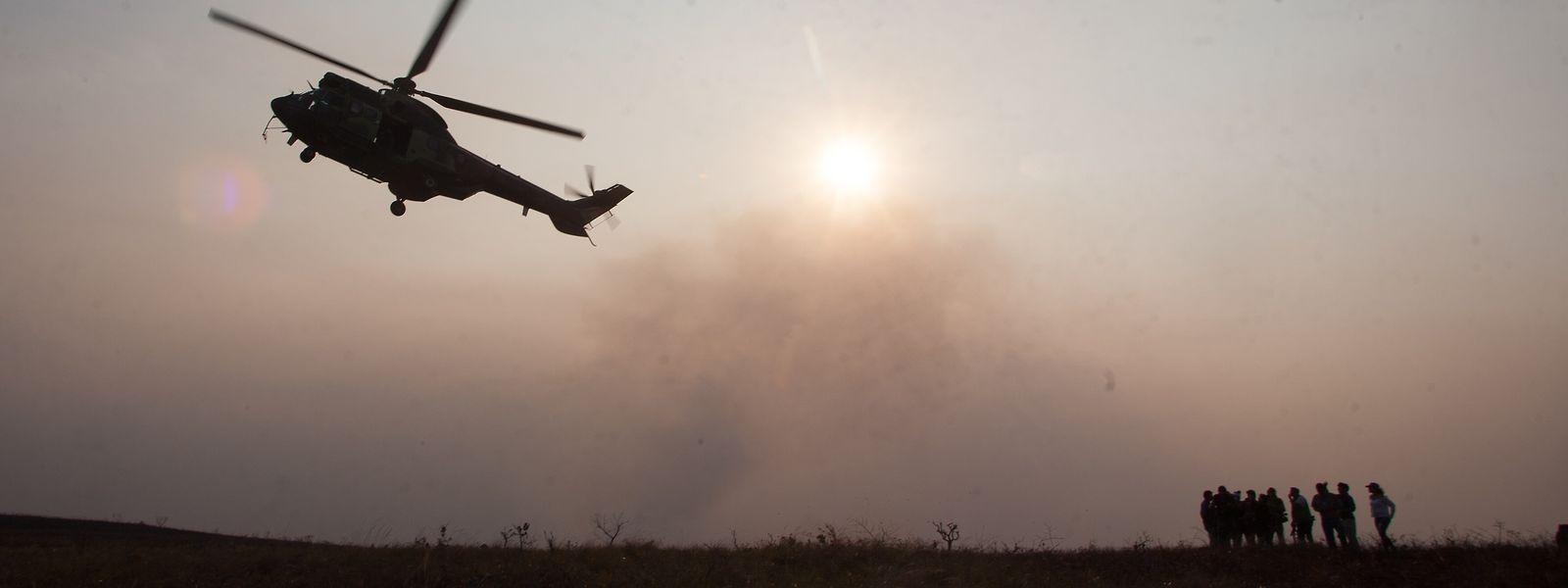 Ein Hubschrauber ist während der Waldbrände im Amazonasgebiet im Einsatz.