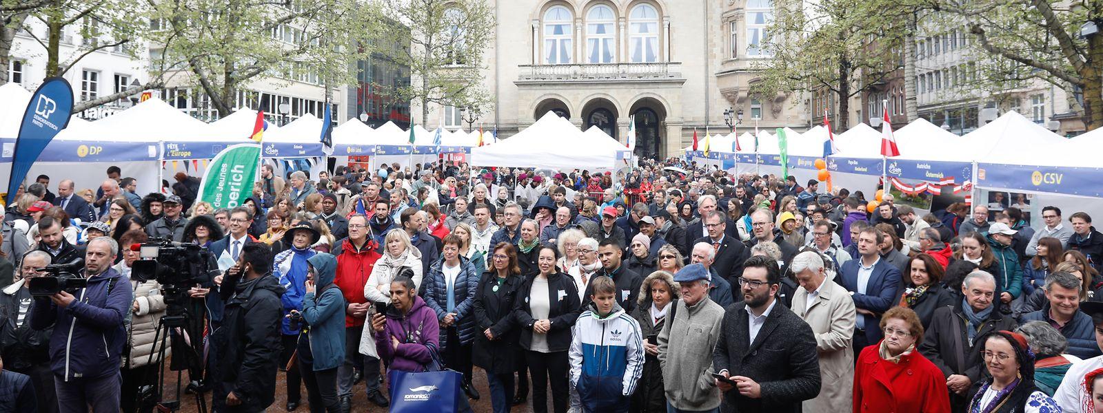 Auf der Place d'Armes versammelten sich am Donnerstag trotz schlechten Wetters zahlreiche Bürger, die den Europatag gebührend feierten.