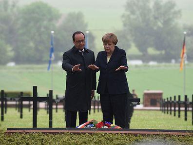 """Frankreichs Präsident François Hollande und die deutsche Kanzlerin Angela Merkel gedachten im strömenden Regen der """"Hölle von Verdun""""."""