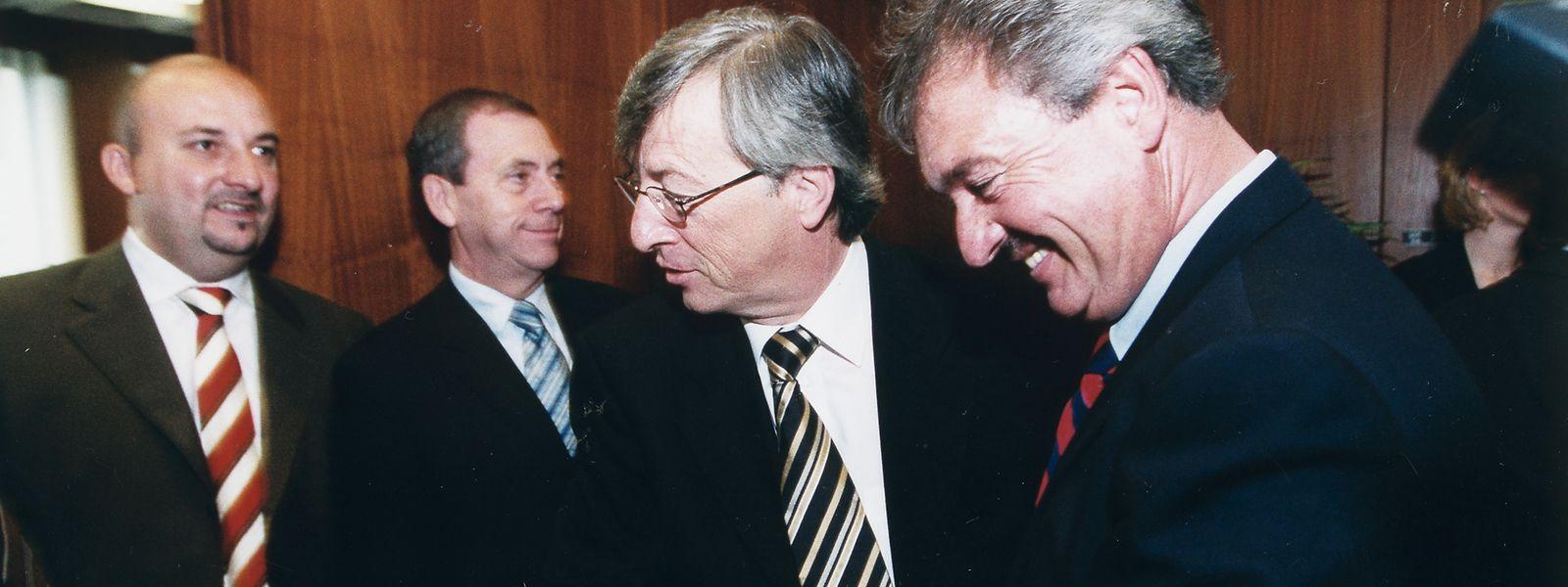 Jean-Claude Juncker (M.) und Jean Asselborn (r.) bilden auf nationaler Ebene 2004 die Regierung Juncker-Asselborn I. Der heutige Vizepremier Étienne Schneider (l.) – von 1997 bis 2004 LSAP-Fraktionssekretär – wechselt im gleichen Jahr ins Wirtschaftsministerium.