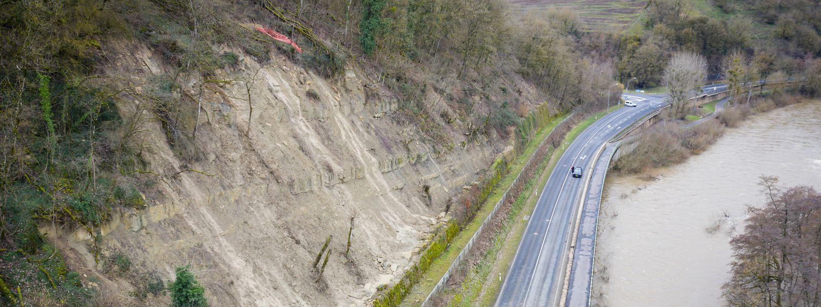 Da sich von dem Hang links im Bild weitere Steine lösen könnten, ist die N10 aus Sicherheitsgründen gesperrt.