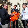 """Die Vertreter von Ärzte ohne Grenzen"""" überreichten Premierminister Xavier Bettel die Rettungsweste eines Flüchtlingen."""