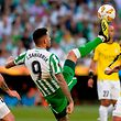 Real Betis' Paraguayan forward Arnaldo Tonny Sanabria (C) controls the ball next to F91 Dudelange's German midfielder Marc-Andre Kruska (R) and F91 Dudelange's Luxembourgers defender Tom Schnell during the UEFA Europa League football match Real Betis against F91 Dudelange at the Benito Villamarin stadium in Sevilla on October 4, 2018. (Photo by CRISTINA QUICLER / AFP)
