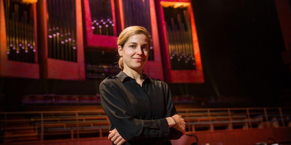 """Karina Canellakis steht am Dirigentenpult bei der Luxemburger Premiere von """"The Hogboon""""."""