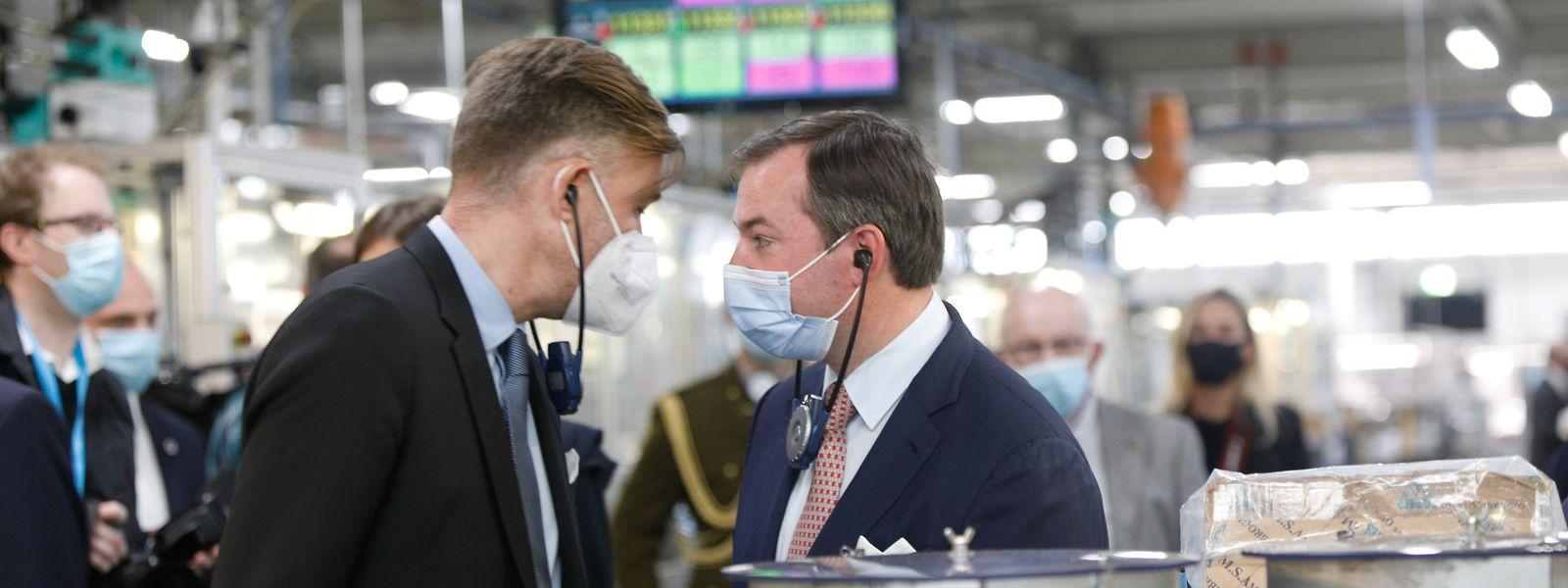 Wirtschaftsminister Franz Fayot (links) und Erbgroßherzog Guillaume (rechts) beim Autozulieferer Cebi.