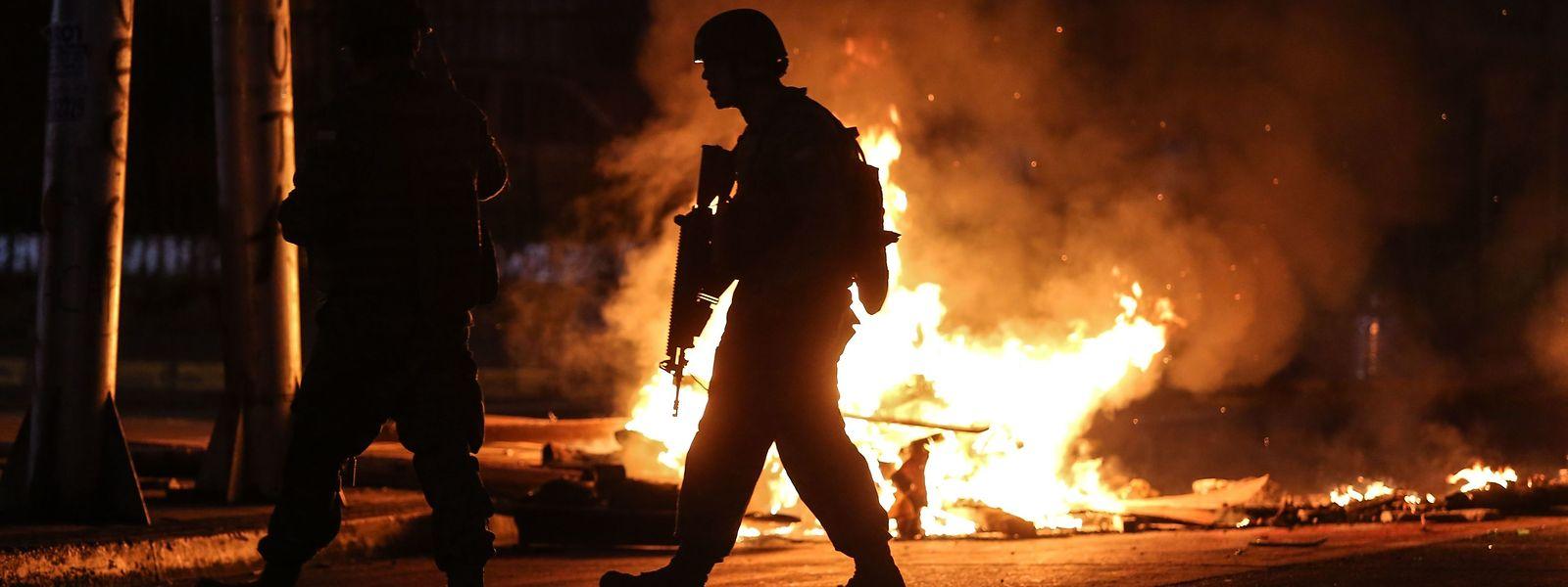 Soldaten patrouillieren in Concepción in Chile. In der Stadt am Río Bío Bío kam es zu Plünderungen und Brandlegungen.