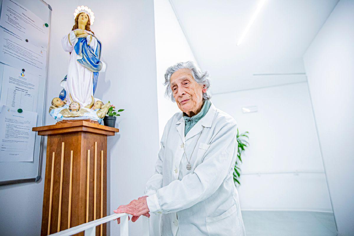 """A irmã Ângela Lopes, 85 anos, é, a maior responsável pela gestão diária do espaço. De cabelo grisalho, bengala na mão, diz: """"Não tenho medo deste vírus""""."""