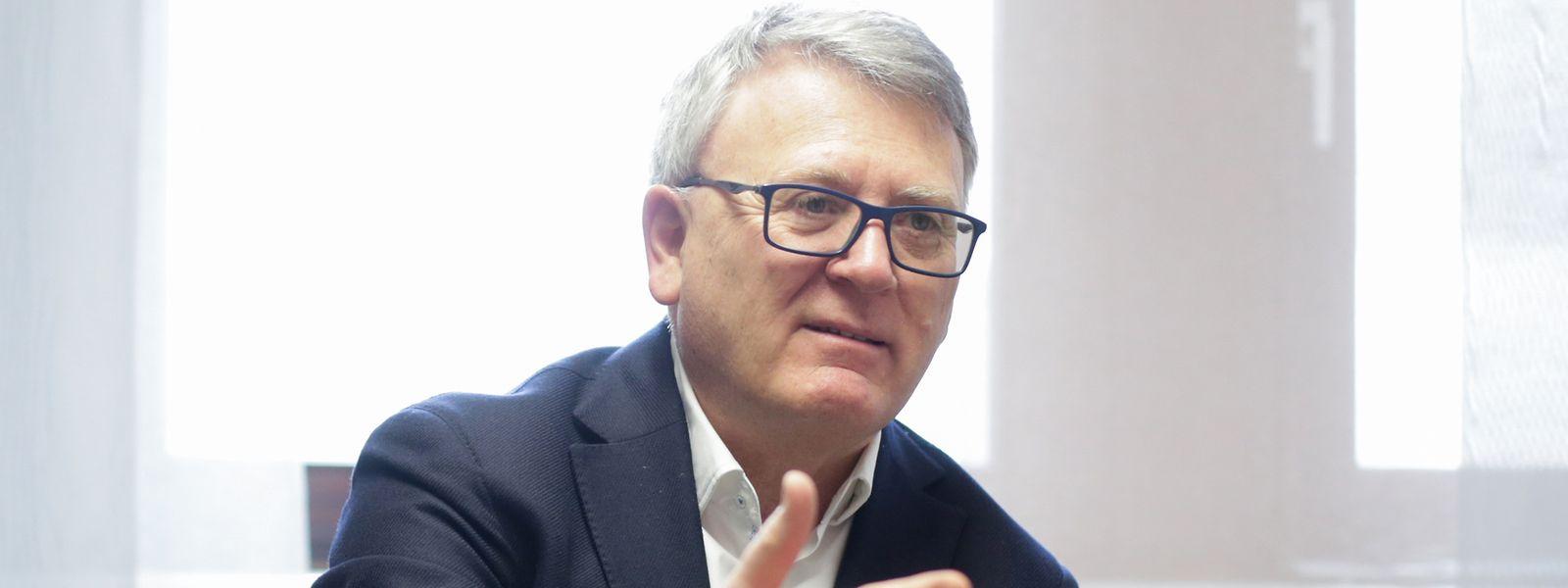 Beschäftigungsminister Nicolas Schmit ist sauer: Wenn es nicht zu Anpassungen bei der Neuregelung des Arbeitslosengeld für Grenzgänger kommt, steht die Adem vor dem Kollaps, so seine Warnung.