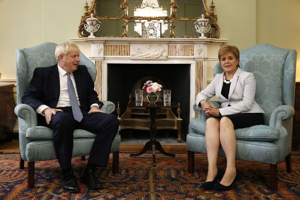 Archivbild: Premierminister Boris Johnson bei einem Treffen mit Nicola Sturgeon, Vorsitzenden derSchottischen NationalparteiSNP und erste Ministerin Schottlands.