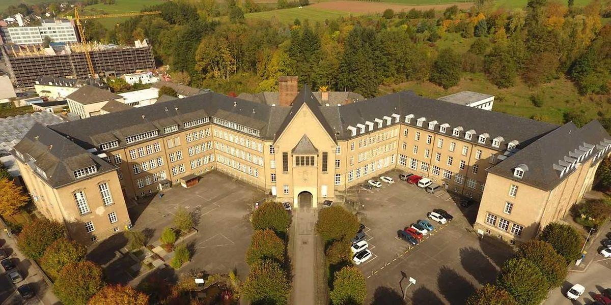 """Die Ettelbrücker Ackerbauschule prägt das Stadbild seit 1932. Nach dem Umzug des LTA nach Gilsdorf soll sie voraussichtlich vom benachbarten """"Lycée technique"""" mitgenutzt werden."""