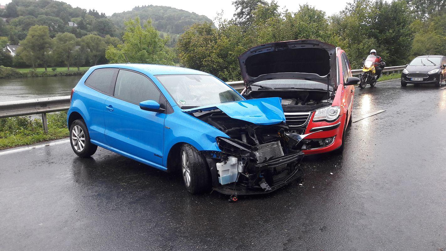 Bei dem Unfall wurden fünf Personen leicht verletzt.