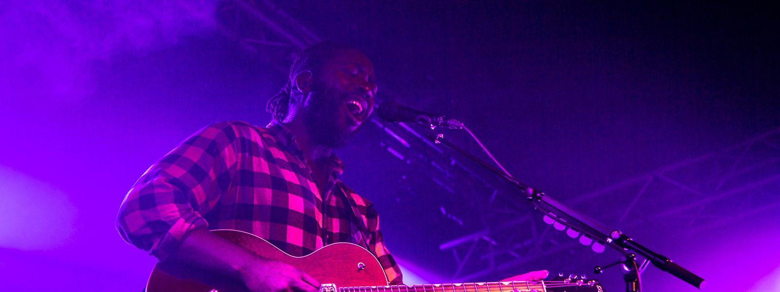 """Kele Okereke greift für den Song """"Virtue"""" des neuen Albums """"Hymns"""" zur rockigen Gretsch-Gitarre."""