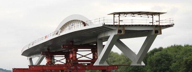 Ein Teil der Moselbrücke in Grevenmacher wurde per Schiff geliefert.