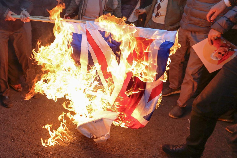 Eine britische Flagge wird vor der britischen Botschaft in Teheran verbrannt.