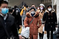 People wearing protective face masks arrive at a railway station in Shanghai on February 10, 2020. - The death toll from the novel coronavirus surged past 900 in mainland China on February 10, overtaking global fatalities in the 2002-03 SARS epidemic, even as the World Health Organization said the outbreak appeared to be stabilising. (Photo by NOEL CELIS / AFP)