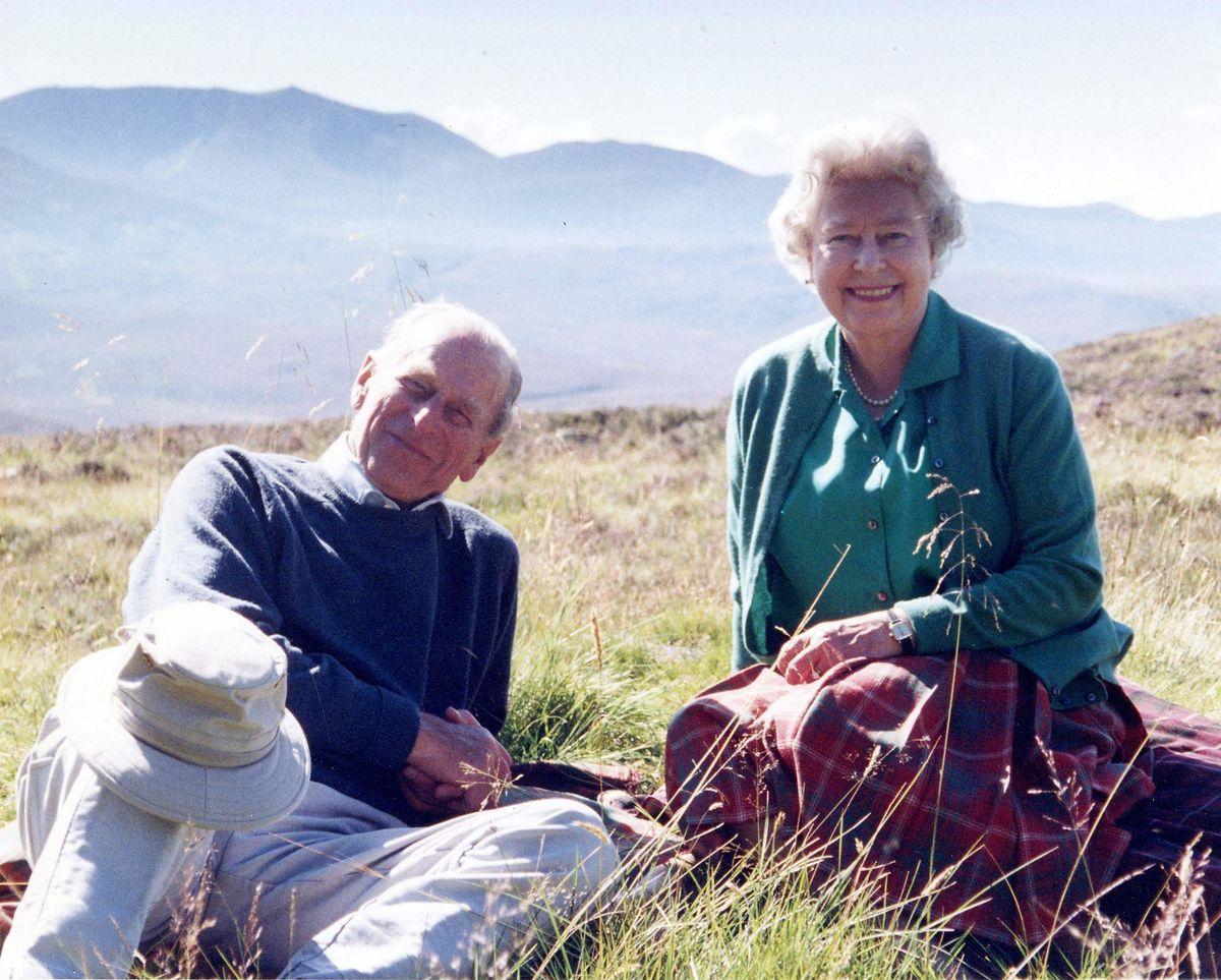 Prinz Philip und Königin Elizabeth II im Cairngorms National Park in Schottland. Die Queen ließ das private Foto vor der Trauerfeier am Samstagnachmittag veröffentlichen.
