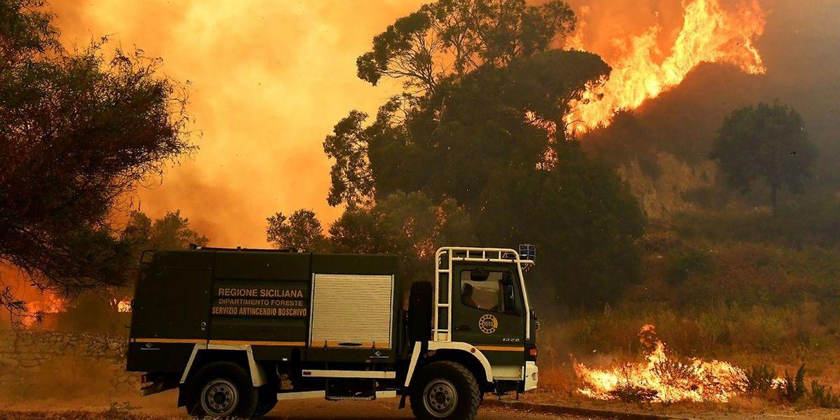 Seit Wochen halten Brände die Feuerwehren im ganzen Land in Atem.
