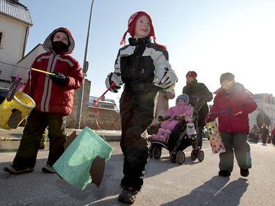 """Children set out at dusk, carrying lanterns and singing the  """"Léiwer Herrgottsblieschen"""" song"""