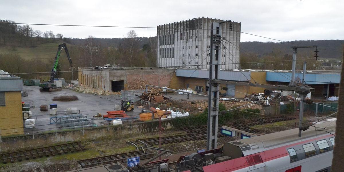 Die Abrissarbeiten an den Lagerhallen haben begonnen. Auch die ehemalige Milchpulverfabrik im Hintergrund wird weichen.