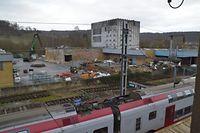 Die Abrissarbeiten an den Lagerhallen haben begonnen. Auch die ehemalige Milchpulverfabrik im Hintergrund wird weichen. / Foto: Frank WEYRICH