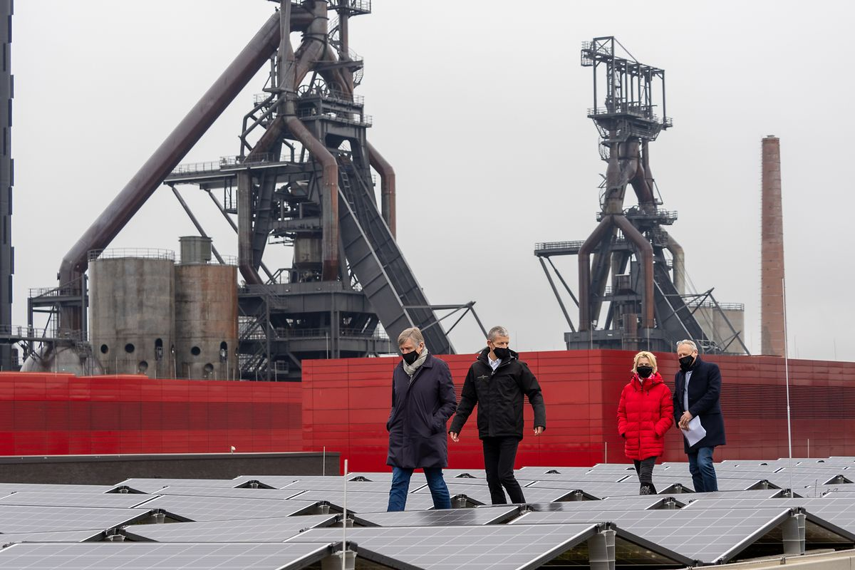 François Bausch (1.v.l.) und Luc Dhamen (2.v.l.) besuchten am Montag die neuen Fotovoltaikanlagen.